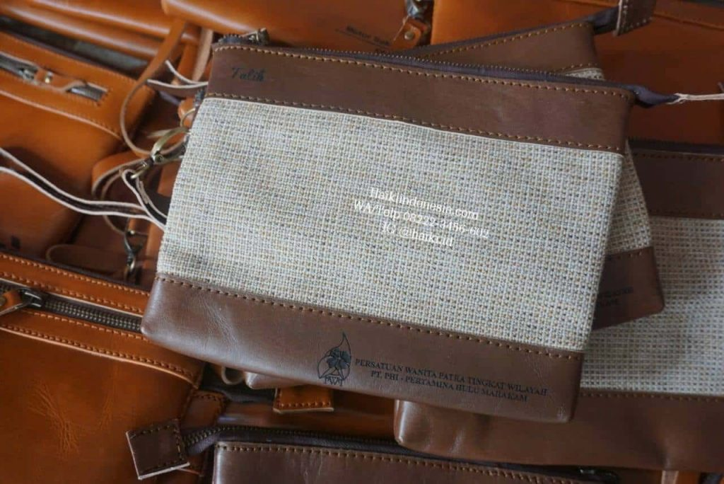Souvenir clutch kulit asli kombinasi wool