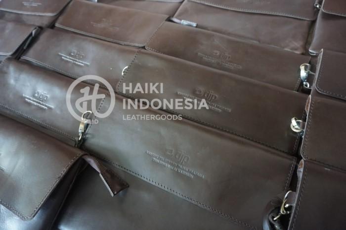 pilih souvenir clutch kulit berkualitas